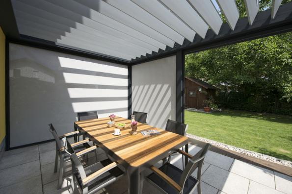 Svislá fasádní clona Unirol Z se kotví přes vodicí lišty na stěnu, rám okna nebo do ostění, látka je schovaná v hranatém boxu o rozměrech 100 x 100 mm (CLIMAX)