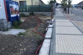 Na rozhraní pozemku domu a veřejné komunikace, se prováděl betonový základ pro budoucí vyzdívaný plot (zdroj: Wienerberger)