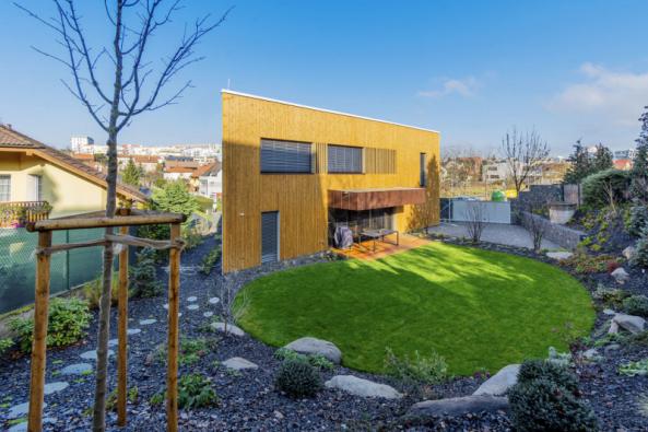 Díky netradičnímu půdorysu stavby usazenému do severního cípu pozemku je svažitá parcela maximálně využita
