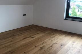 Jako přírodní varianta byla použita dřevěná podlaha skládající se z dílců, které se napojovaly systémem pero – drážka. Tento typ spoje je velice stabilní a bezproblémový, je odzkoušený vprůběhu desítek let (zdroj: Wienerberger)