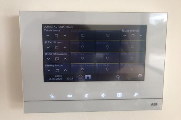 """V domě byla naistalována """"chytrá"""" elektroinstalace ABB-free@home® a systém domovních telefonů ABB-Welcome Midi (zdroj: Wienerberger)"""
