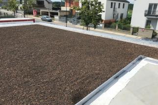 V části domu, kde je plochá střecha se instaloval systém zelené střechy, tedy substrát s integrovanými rostlinkami, které časem vytvoří krásnou architektonickou část zeleného prostřední na domě, a to v místech terasy (zdroj: Wienerberger)
