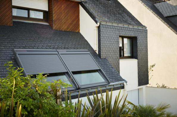 Venkovní rolety VELUX zachytí až97 % tepla ze slunečního záření a udrží tak vinteriéru příjemné klima. Zároveň umí zcela zatemnit místnost pro nerušený spánek kdykoli během dne (zdroj: VELUX)