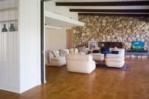 Korková podlaha se díky teplému povrchu hodí do všech obytných místností domu, především do ložnic, obývacích pokojů, pracoven, ale také do dětských pokojů, kde dokáže nahradit tepelné podložky a koberce