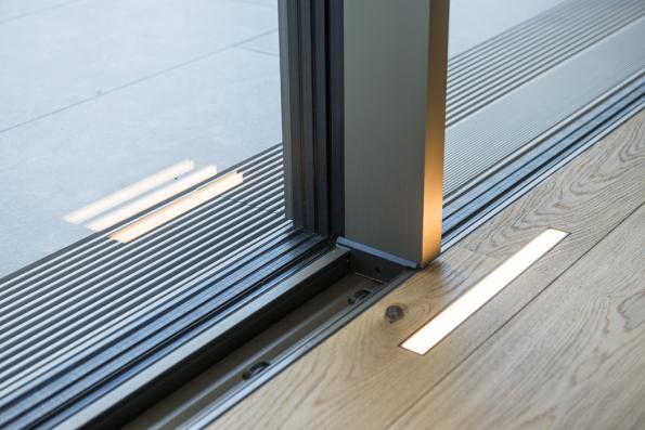 Posuvné systémy Schüco byly instalovány tak, aby byly viditelné jen úzké středové sloupky a vertikální profily. Všechny jednotky jsou opatřeny motorovým pohonem, díky čemuž je jejich otevírání i zavírání snadné