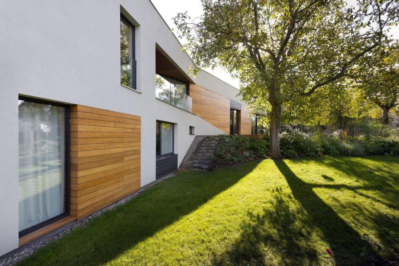 Boční pohled naznačuje, jak dům šplhá do s vahu směrem od severní dvoupodlažní části až po přízemní společný obývací prostor