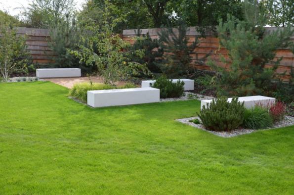 Sedáky LEDGE z řady MODERN se velmi dobře vyjímají ve větších zahradách, kde je prostor pro tvorbu několika odpočinkových zákoutí (zdroj: Presbeton)