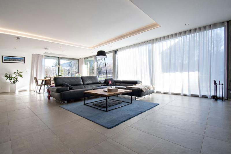 Velkoformátová dlažba v přízemí vily je použita záměrně – dobře vede teplo sálající z podlahového topení a je velmi praktická v místnostech přímo propojených se zahradou