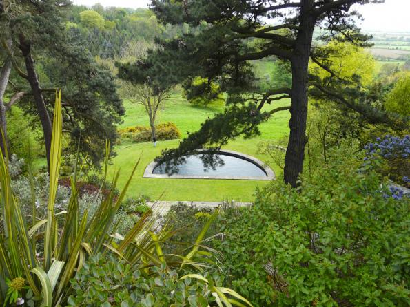 Svažitá zahrada bývá často vnímána jako překážka, ale jedině z ní se dočkáte krásných výhledů do okolí
