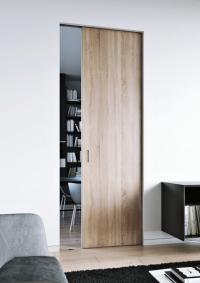 Posuvné dveře, které se zasouvají do zabudovaného stavebního pouzdra, šetří místo a při absenci klasické zárubně působí lehce a vzdušně. Díky možnosti různých dekorů dveří se hodí do každého interiéru (JAP FUTURE)