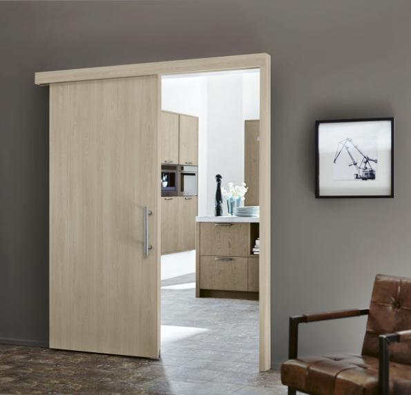 Také přiznaná zárubeň posuvných dveří působí elegantně. Posuvné dveře umožní propojit sousedící místnosti bez překážejícího křídla dveří. Zde dveře v odstínu šedý dub (HÖRMANN)