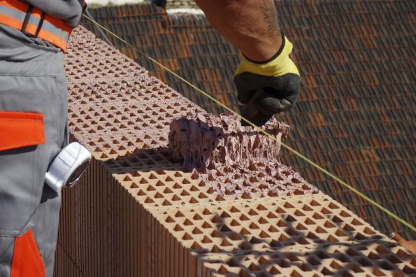 Založení první řady zdiva z broušených cihel se děje obvykle do jeden den zralé zakládací malty. Na další řady už lze použít například maltu HELUZ SIDI