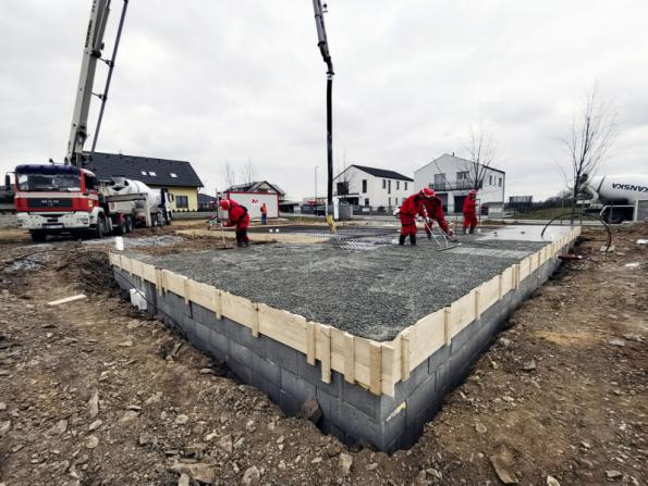 Manuální úprava povrchu čerstvě vylitého betonu základové desky (WIENERBERGER)