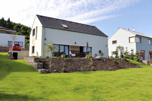 Správně vybudované základy rozhodují o kvalitě každé stavby. Na snímku je nízkoenergetický rodinný dům s jednovrstvým obvodovým zdivem z broušených cihel Heluz Family 50