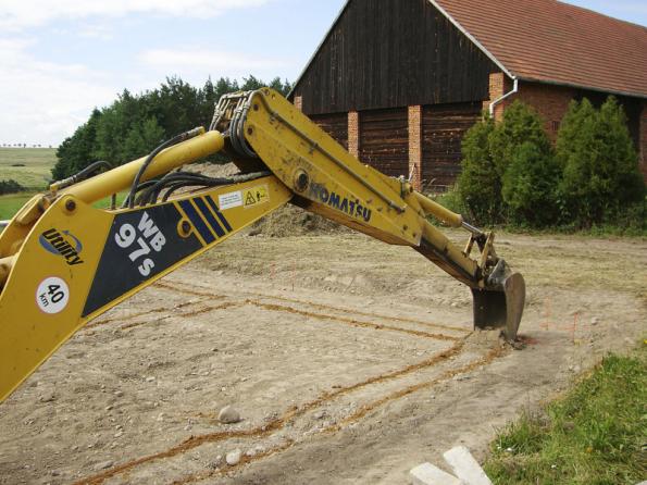 Těžkou techniku je důležité na pozemku maximálně vytížit, a to i pro další výkopové práce či úpravy terénu