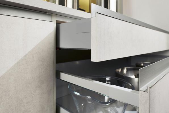 Ergonomicky a esteticky propracovaný hliníkový profil usnadňuje otevírání dvířek a tvoří souvislou horizontální linii (tzv. Linea Retta). Patří k výbavě nové řady kuchyní Oresi
