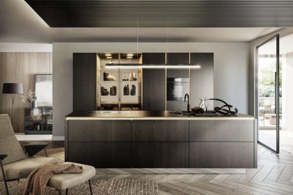 """Nová řada SLX Pure značky SieMatic zosobňuje současné trendy v kuchyňském interiéru: bezúchytkové provedení, kompaktní, ale subtilní pracovní deska, skleněné vitríny, integrované LED osvětlení a """"neviditelné"""" kování a další prvky zajišťující dokonalou funkčnost. K vidění ve studiu Stopka nábytek"""
