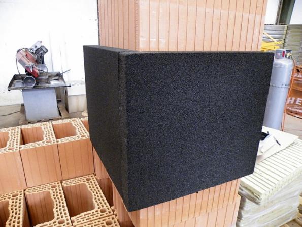 Pro dokonalé utěsnění průchodu komína těsnicí vrstvou objektu společnost HELUZ doporučuje použít tzv. parotěsný prostup z pěnového skla Foamglas. Tento díl tepelně odizoluje komín od okolních konstrukcí a zajistí dlouhodobé kvalitní napojení parozábrany