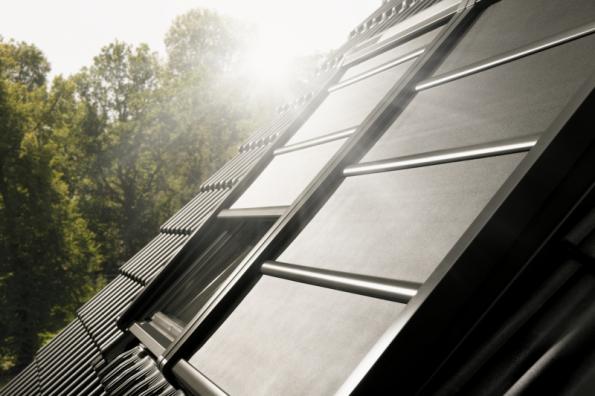 Lehká venkovní roleta VELUX na solární pohon (zdroj: VELUX)