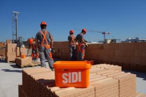 Speciální systémová malta pro tenkou spáru HELUZ SIDI je určena pro zdění vnitřních i vnějších nosných stěn a byla vyvinuta pro stavbu nízkoenergetických i pasivních domů z broušených cihel HELUZ