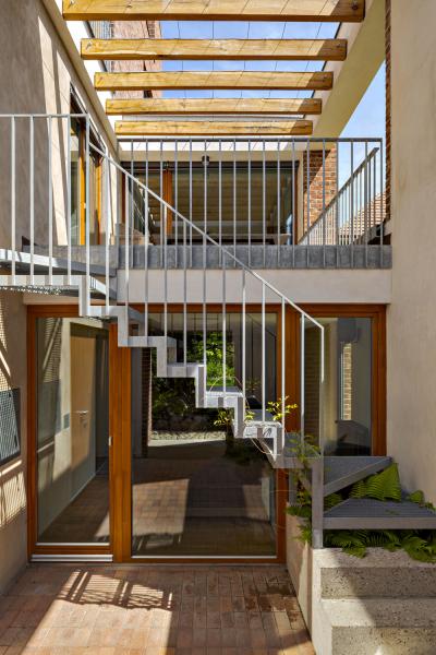 Autoři projektu chtěli v co nejvyšší míře využít potenciálu zahrady jejím propojením s obytnými a relaxačními plochami v přístavbě. Jednoduché kovové schodiště a zábradlí mají tvarosloví typické pro tvorbu architekta Lábuse. Záměrně úzký je také výběr materiálů: cihly, dřevo, kov a velké prosklené plochy