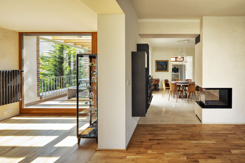 Srdcem domu je jídelna s krbem, propojená s terasou. Autoři se snažili zachovat prostorovou strukturu a tradiční uzavřenost místností, zároveň však stavbu obohatili i o možnosti volnějšího dispozičního uspořádání. Jídelna a obývací pokoj, které se nacházejí ve staré části domu, jsou s kuchyní a verandou vizuálně propojeny jen částečně. Interiéry tak působí jako příjemně zabydlený a bezpečný labyrint