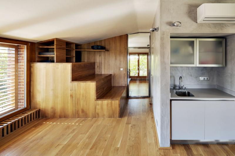 Dřevěné pódium vzniklo v podkroví kvůli tomu, aby bylo na schodišti dost prostoru. Překvapivě se velmi dobře osvědčilo, skutečně slouží pro společné sledování filmů nebo koncertů