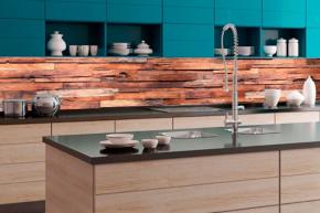 Protože jsou stěny v kuchyni relativně těžké na údržbu a díky vaření mohou být každodenně znečištěny, musí být i tapety speciálně technicky řešeny (zdroj: Dovido)