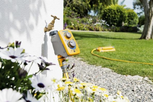 Pokud je zavlažovací systém správně nadimenzovaný a je správně načasovaná i délka závlahy, pak může být takový systém dobrým pomocníkem. Vodu totiž distribuuje rovnoměrně, čehož se při zalévání zahradní konví nebo hadicí jen těžko dosáhne