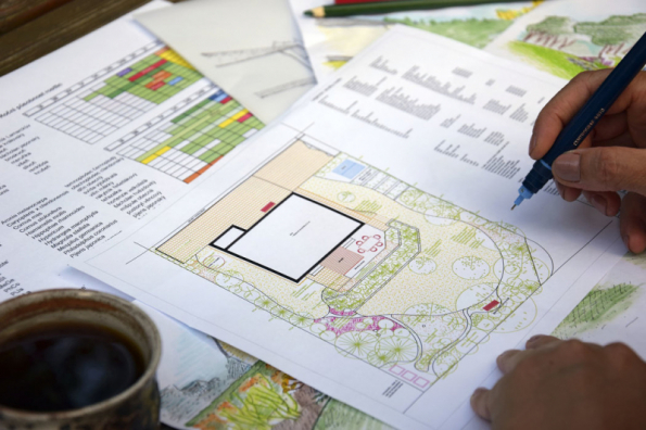 Na hospodaření s vodou myslete už při plánování domu a zahrady. Již v této fázi byste měli vědět, z jakých povrchů vodu svedete, kam umístíte samotnou jímku na vodu nebo retenční nádrž