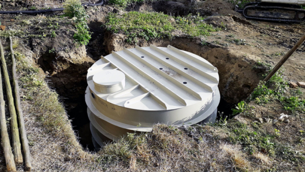 V dnešní době lze dešťovou vodu efektivně zachytávat v podzemních velkoobjemových jímkách, na které je možné u rodinných domů získat dotaci