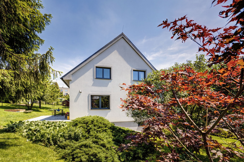 Dům je zasazen v příjemné a klidné lokalitě se starší zástavbou oddělenou řadou stromů od současné satelitní výstavby