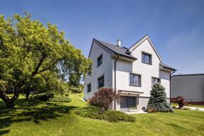 Dům si zachovává vnější podobu z padesátých let, vnitřní dispozice jsou ale zcela přestavěny do podoby vyhovující moderním požadavkům na současný komfort bydlení