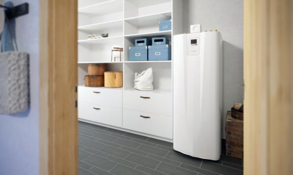 Kompaktní vnitřní systémová jednotka HMTM 250/50 společně s tepelnými čerpadly vzduch/ voda zajišťuje vytápění, ohřev vody či chlazení (DZD NIBE)