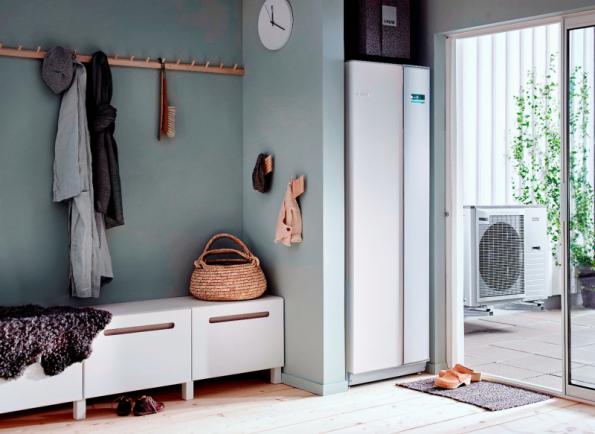 Příklad umístění vnitřní systémové jednotky NIBE VVM 225 v interiéru. Tato jednotka společně s tepelnými čerpadly vytváří kompletní systém pro vytápění, teplou vodu či ohřev vody v bazénu