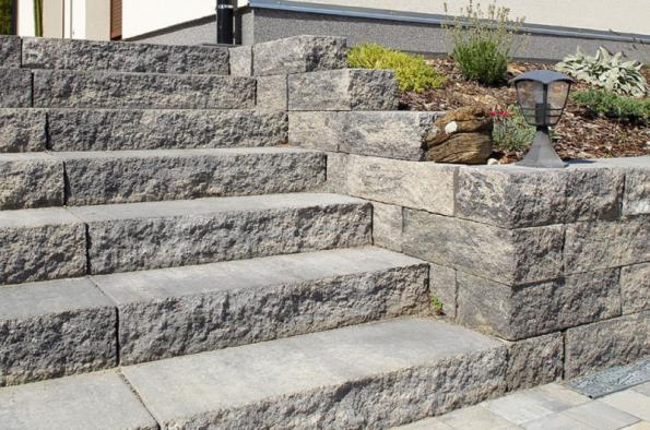 Široký výběr betonových výrobků systému Stone umožňuje sladit povrchovou úpravu i barevnost do atraktivních celků zahradních zídek, schodů a dlažby (BEST)