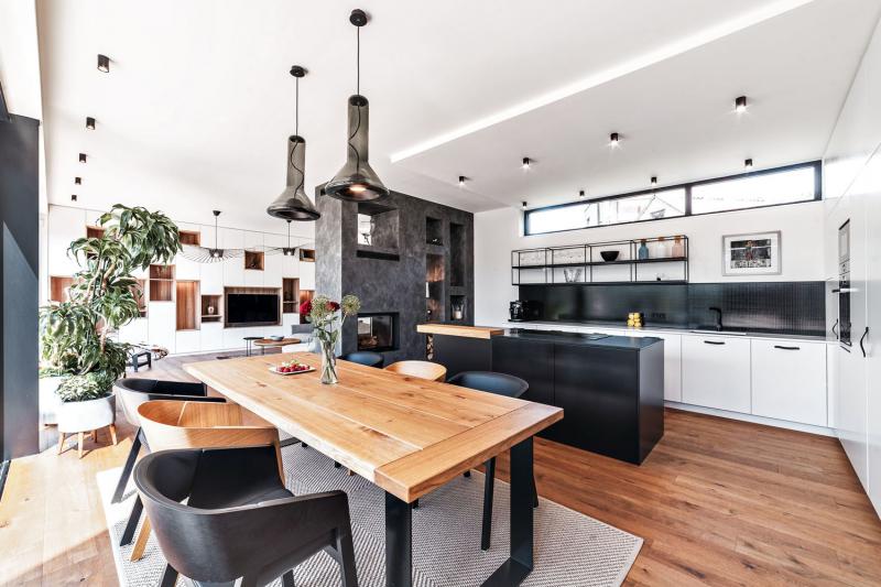 Vybavení interiéru architekti navrhli v industriálním stylu, v kombinaci přírodního dřeva, drátěných a kovových prvků a betonu, zvýrazněné kontrastem černé a bílé. Doplňují jej neutrální světlé barvy