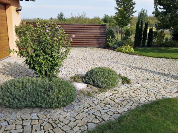 Štípaný přírodní kámen ideálně z místního kamenolomu sluší každé zahradě, je přirozeně odolný a protiskluzový, jen bývá trochu dražší a to je často důvod pro volbu jiného povrchu
