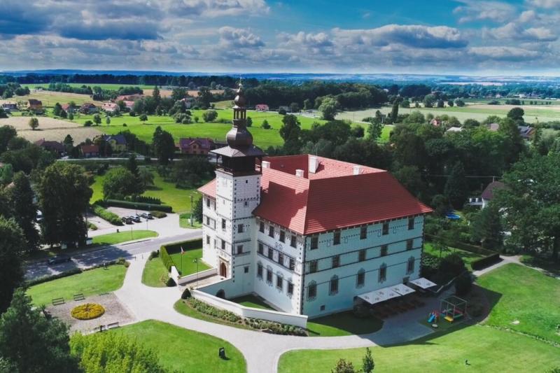 VIDEO: Zrekonstruovaný zámek ve Staré Vsi nad Ondřejnicí pohledem z dronu