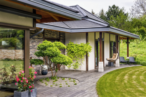 Výhodou členitého domu a členitého pozemku je fakt, že každý člen rodiny může ze svého pokoje vyjít přímo do zahrady a najít si v ní místo, kde může v klidu nerušeně relaxovat