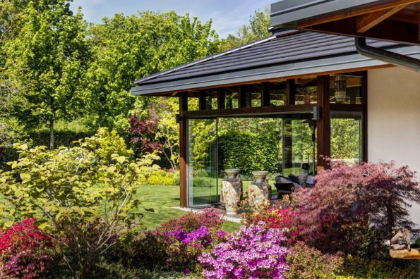 Prosklená zimní zahrada navazuje na dům a ukrývá i letní kuchyni. Dodavatele systému jejího zasklení si majitel domu našel před časem v našem časopise Můj dům