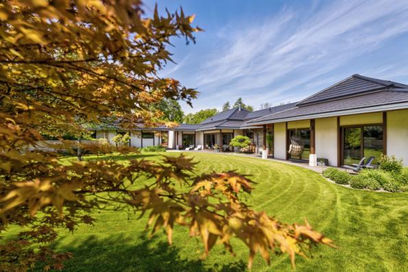 Za domem se nachází velký pobytový trávník kruhového tvaru, vhodný ke hrám i k lenošení. Na něj pak navazuje malý ovocný sad jako připomínka původního využití pozemku