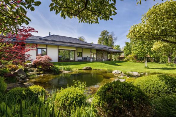 Jezírka mezi domem a rybníkem jsou doplněná čerpadly a dohromady vytvářejí spolu s potůčkem uzavřený systém s cirkulací. Přetékající voda putuje do rybníka