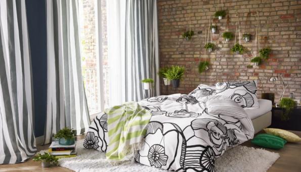 Velmi důležitá je poloha postele. Postel by neměla stát vtěsné blízkosti oken, kde inepatrné proudění vzduchu může způsobit zatuhnutí svalů apod. Ideální umístění postele je čelem kestěně tak, aby byla přístupná zobou stran
