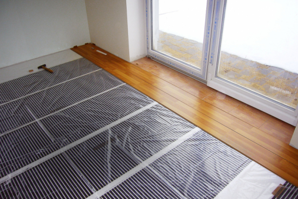 Elektrické podlahové vytápění je vhodné hlavně pro domy s nízkými tepelnými ztrátami. Uživatelé oceňují zejména příznivou pořizovací cenu, snadnou montáž a rychlý náběh tepla (FENIX)