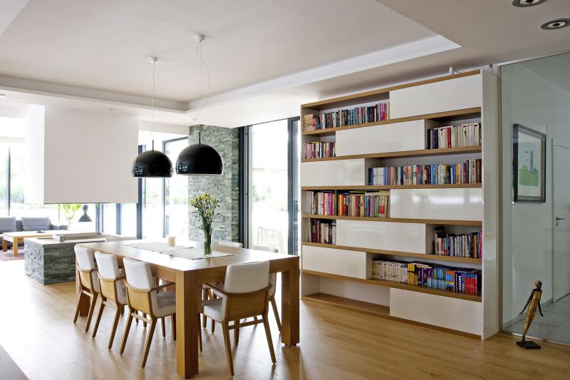 Vybavení interiéru je atypické, v provedení z dýhované dřevotřísky v kombinaci s lamino deskami (vnitřní police a dělení)