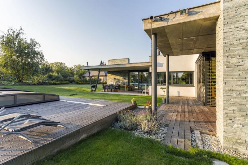 Forma domu je řešena jako seskupení hranolů s vysunutou částí obývacího pokoje jihozápadním směrem