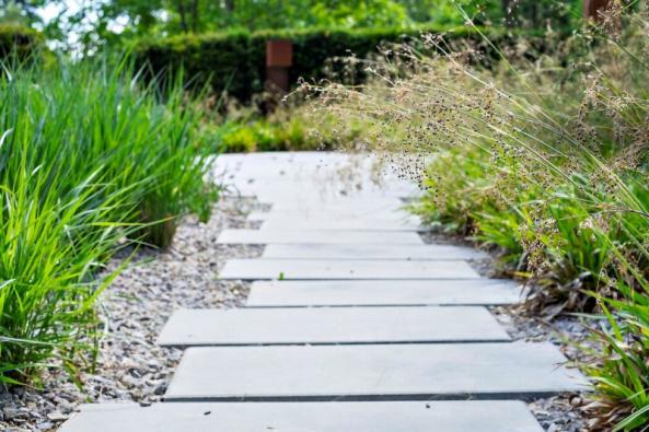 Používejte traviny. Krásně se doplňují s moderní architekturou, s betonem i sklem (Atelier Flera)
