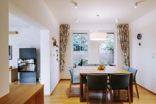 Čtvercový jídelní stůl poskytuje dost komfortu při stolování