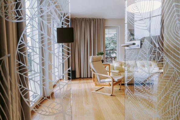 Celoskleněné dveře od firmy Sapeli jsou především designovým prvkem a propouštějí světlo do tmavší části chodby. Rodina je na procházení příliš nepoužívá
